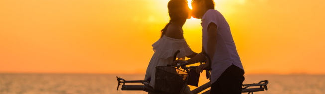 man en vrouw zoenen